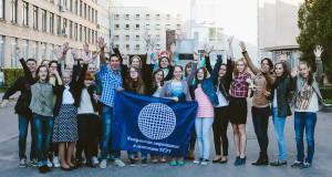 Студенты ФМк БГЭУ с флагом факультета рядом с учебными корпусами